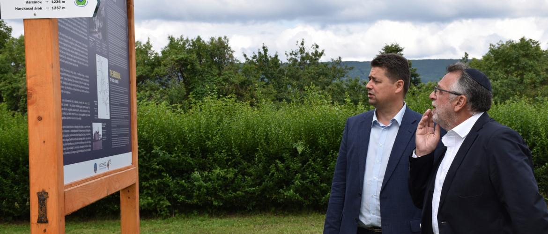 Mazsihisz-látogatás a megújult munkaszolgálatos emlékműnél Kőszegen