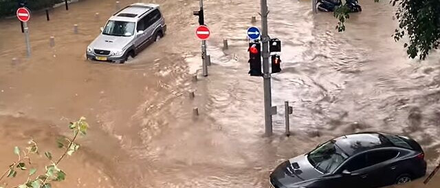 Özönvíz Tel-Avivban: egy fiatal pár megfulladt a liftben