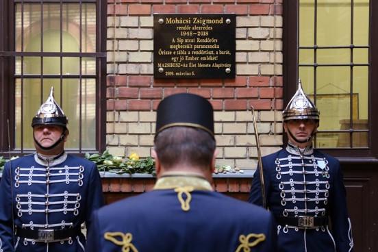 Emléktábla Mohácsi Zsigmond, a Síp utcai rendőrőrs néhai alezredese tiszteletére
