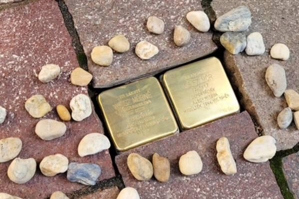 Botlatókövek Esztergomban: 17 elhurcolt zsidó polgárnak állítottak emléket