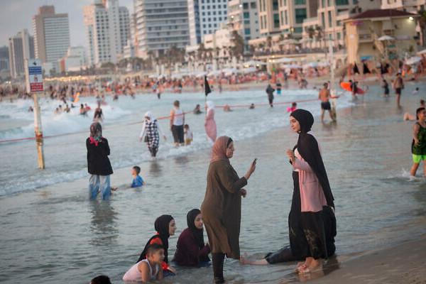 A palesztinok strandra mentek Jaffába, az izraeli hadsereg segített