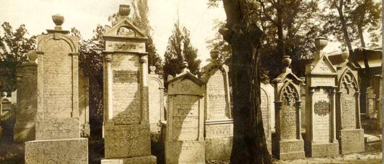 Történeti séta a Kozma utcai zsidó temető legrégebbi síremlékei között