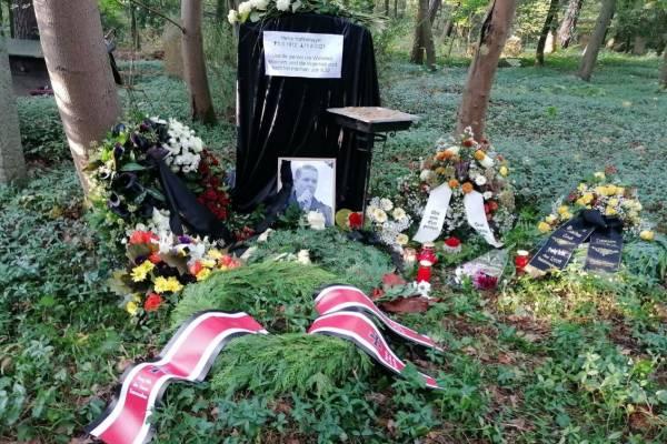Abszurd temetés: egy zsidó tudós sírjába temették az ismert neonácit
