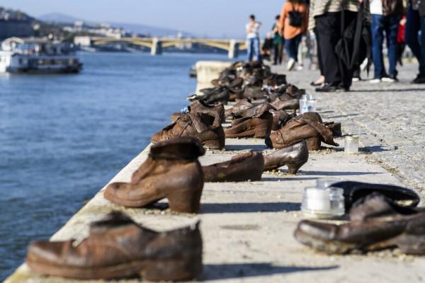 A főváros felújítja a Cipők a Duna parton emlékművet