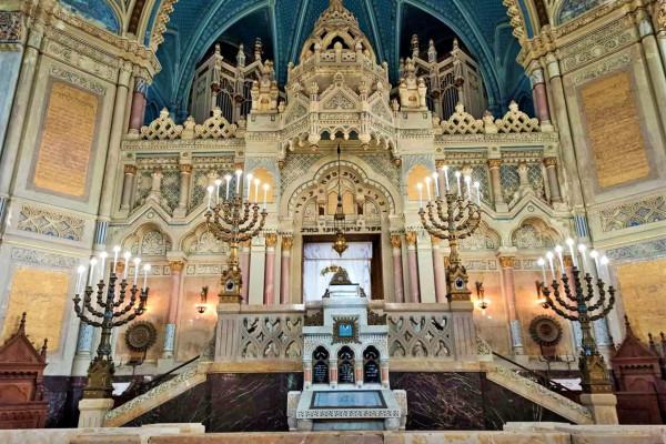 Egy zsinagóga fizikai kapcsolódása a szellemi régiókhoz