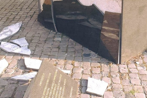 Határon túl: Ismeretlen tettesek megrongálták a marosvásárhelyi holokauszt emlékművet