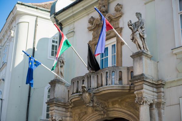 Fekete zászló a székesfehérvári városházán az áldozatok emlékére