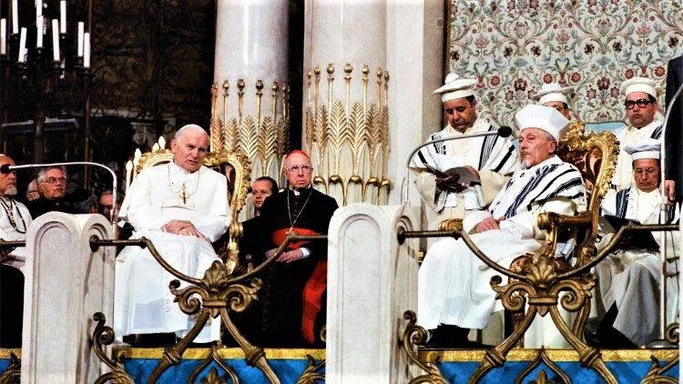 II. János Pál ma 35 éve tett történelmi látogatást a római zsinagógában | Mazsihisz