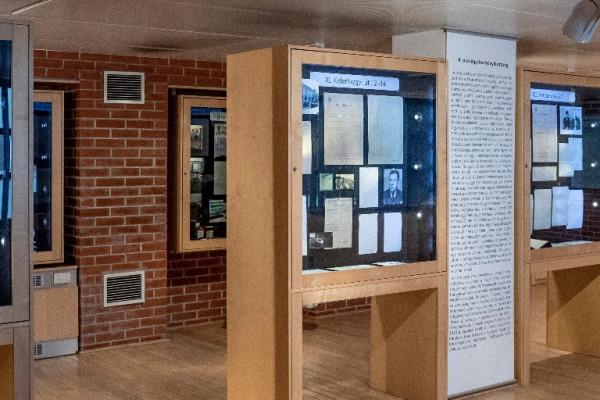 Falba zárt sorsok címmel nyílt kiállítás a Kasztner-vonatról