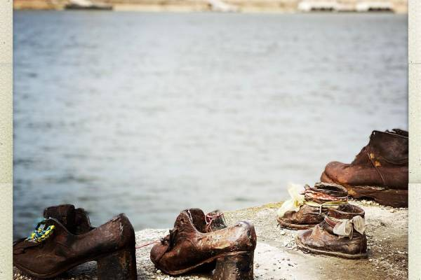 Jamie Lee Curtis a Cipők emlékművénél Budapesten