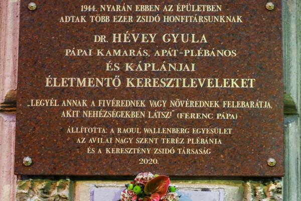 Emléktáblát avattak a zsidó honfitársait mentő Hévey Gyula plébános tiszteletére