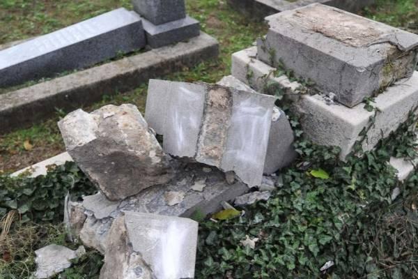 Sírkövet rongáltak meg a keceli zsidó temetőben