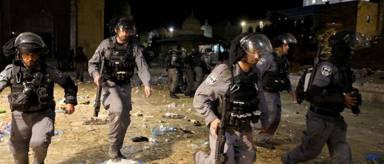 Jeruzsálem: Több száz sebesült a muzulmánok által elbarikádozott mecsetben