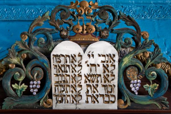 A Tízparancsolat, az egész emberiségnek szánt örök isteni törvény – ma este beköszönt Sávuot