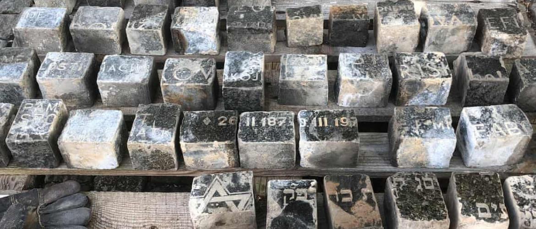 Szív megszakad: zsidó sírkövek kerültek a prágai útburkolatba