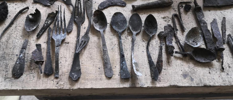 Elrejtett tárgyak az auschwitzi 17-es blokkban