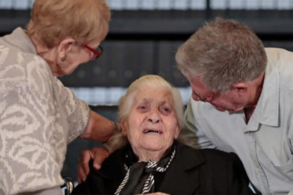 Alighanem utoljára: az embermentő nénit védenceinek 40 unokája ölelte át a Jad Vasemben