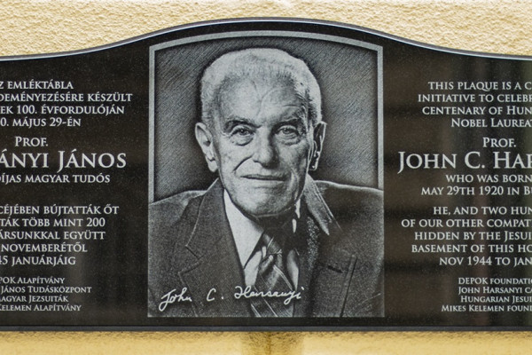 Emléktáblát kapott a jezsuitáknál bújtatott Harsányi János Nobel-díjas közgazdász
