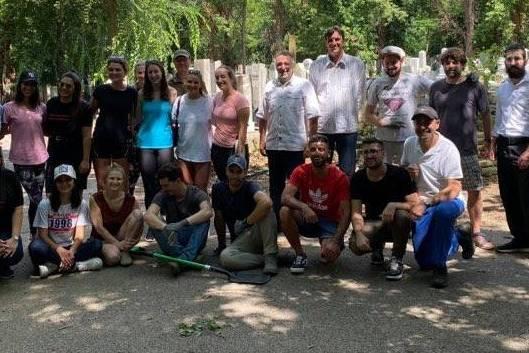 Önkéntesek segítenek a Kozma utcai temetőben