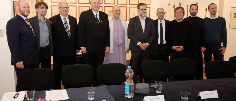 Nyolc vallási vezető egy asztalnál