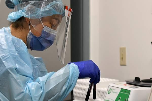 Működik a védőoltás: Izraelben az oltás után mintegy felére csökkent a megfertőződések száma