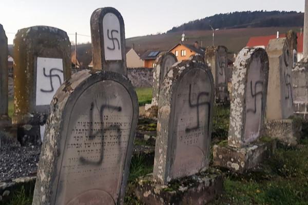 Több mint száz zsidó sírt gyaláztak meg Franciaországban