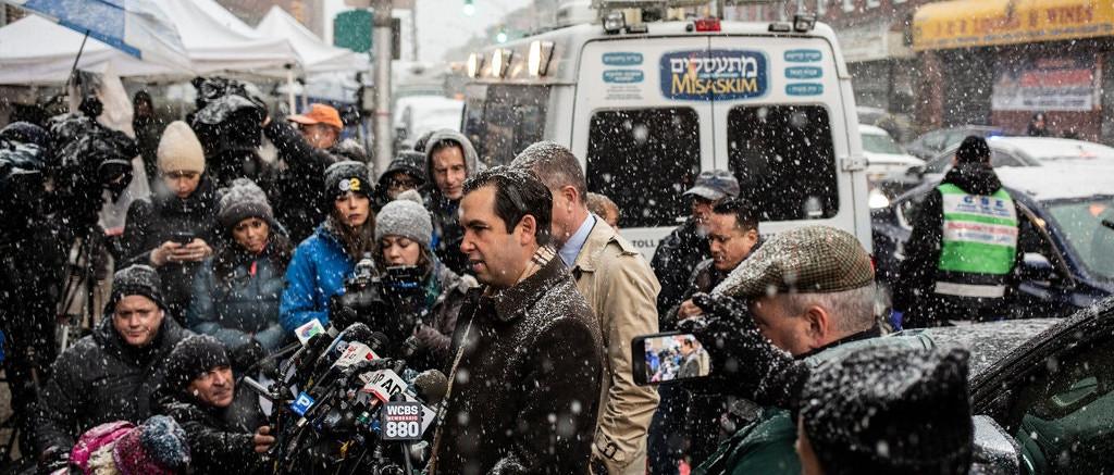 Rendőrök védik a megtámadott zsidó közösséget Jersey City-ben, készültség New Yorkban