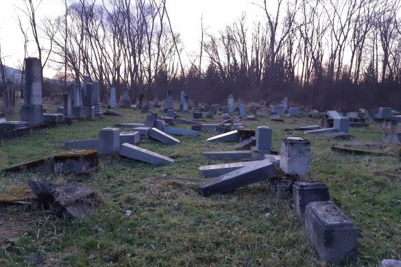 Mintegy hatvan sírkövet döntöttek le a námesztói zsidó temetőben