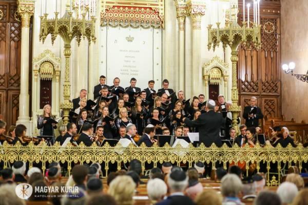 """""""A zsinagóga mindenkié, aki jó szívvel emeli szívét"""" – Egyedülálló koncert a Dohány utcai zsinagógában"""