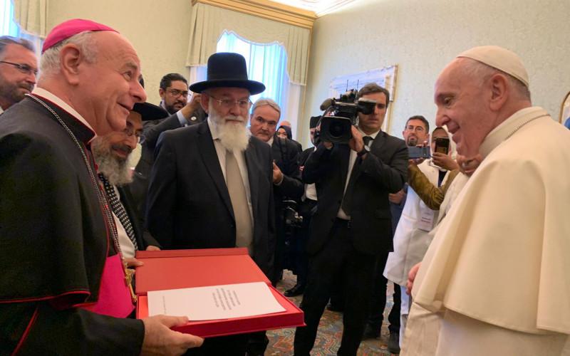 Avraham Steinberg rabbi és más vallási vezetők Ferenc pápának átadják az eutanáziát elítélő dokumentumot