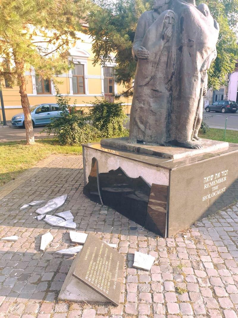A marosvásárhelyi Holokauszt-emlékmű a városból 1944-ben elhurcolt több mint 7500 zsidónak állít emléket. A szobrot 2003-ban állították.